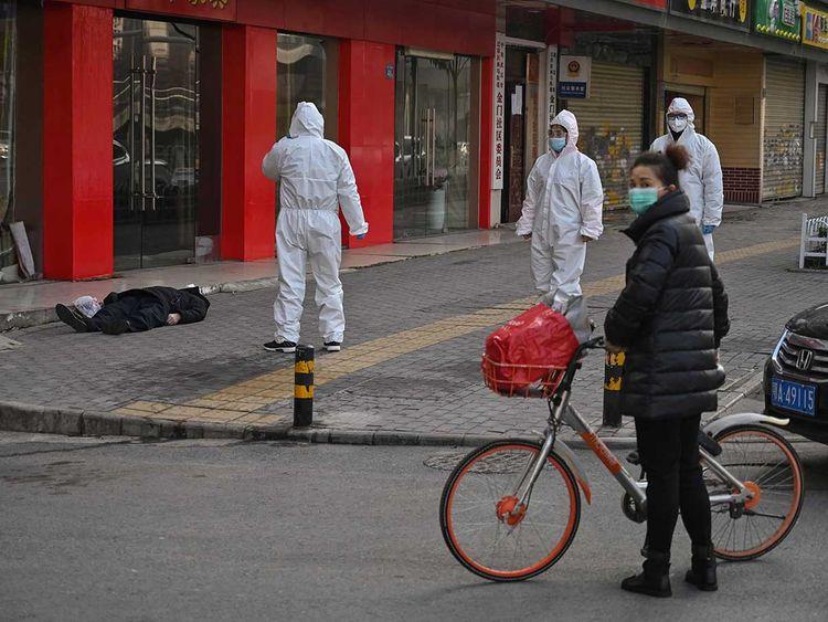 Koronavirüste kritik düzey: Sokaklarda ölüler var,son 24 saatte 43 can kaybı yaşandı