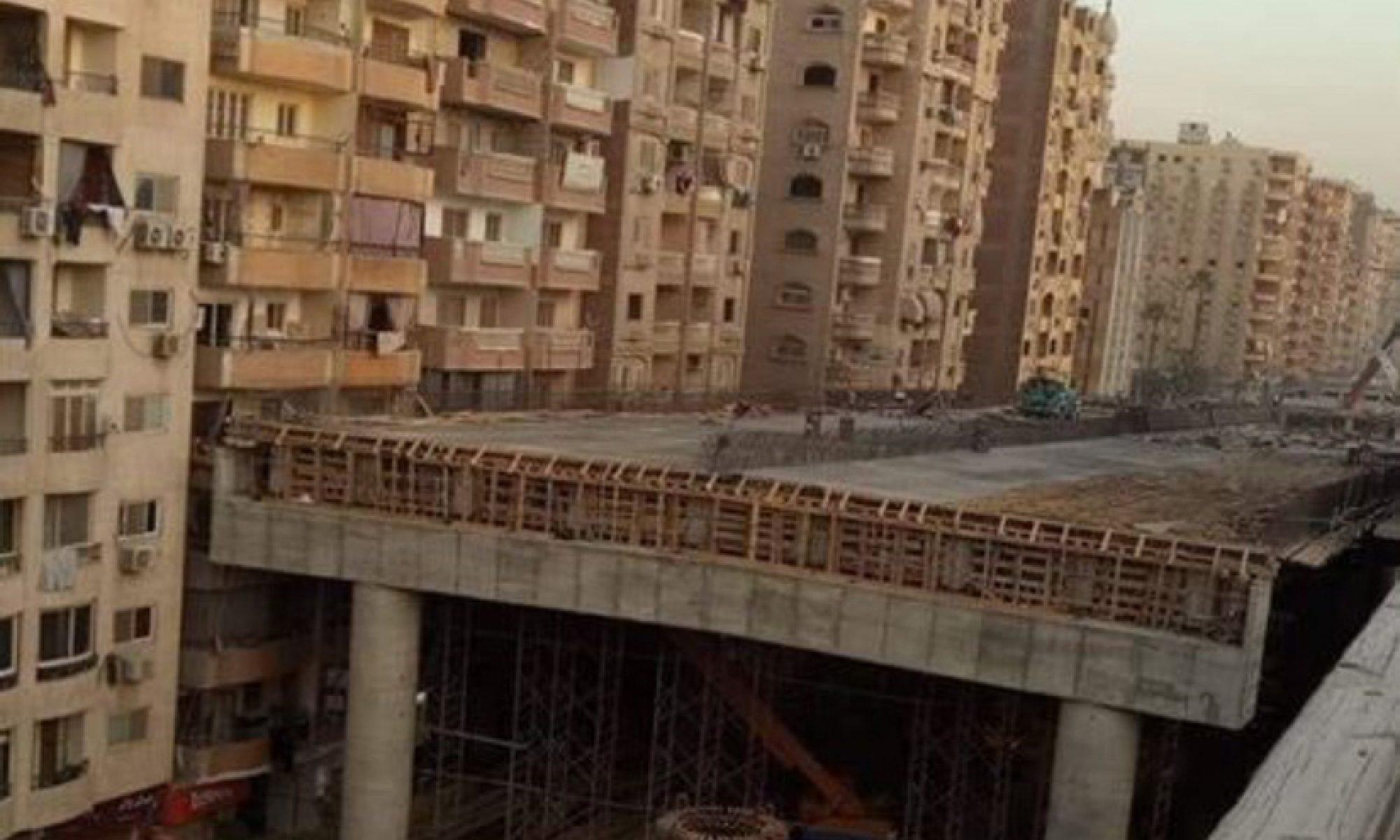 Mısırda evlere bitişik yapılan köprü sosyal medyada gündem oldu