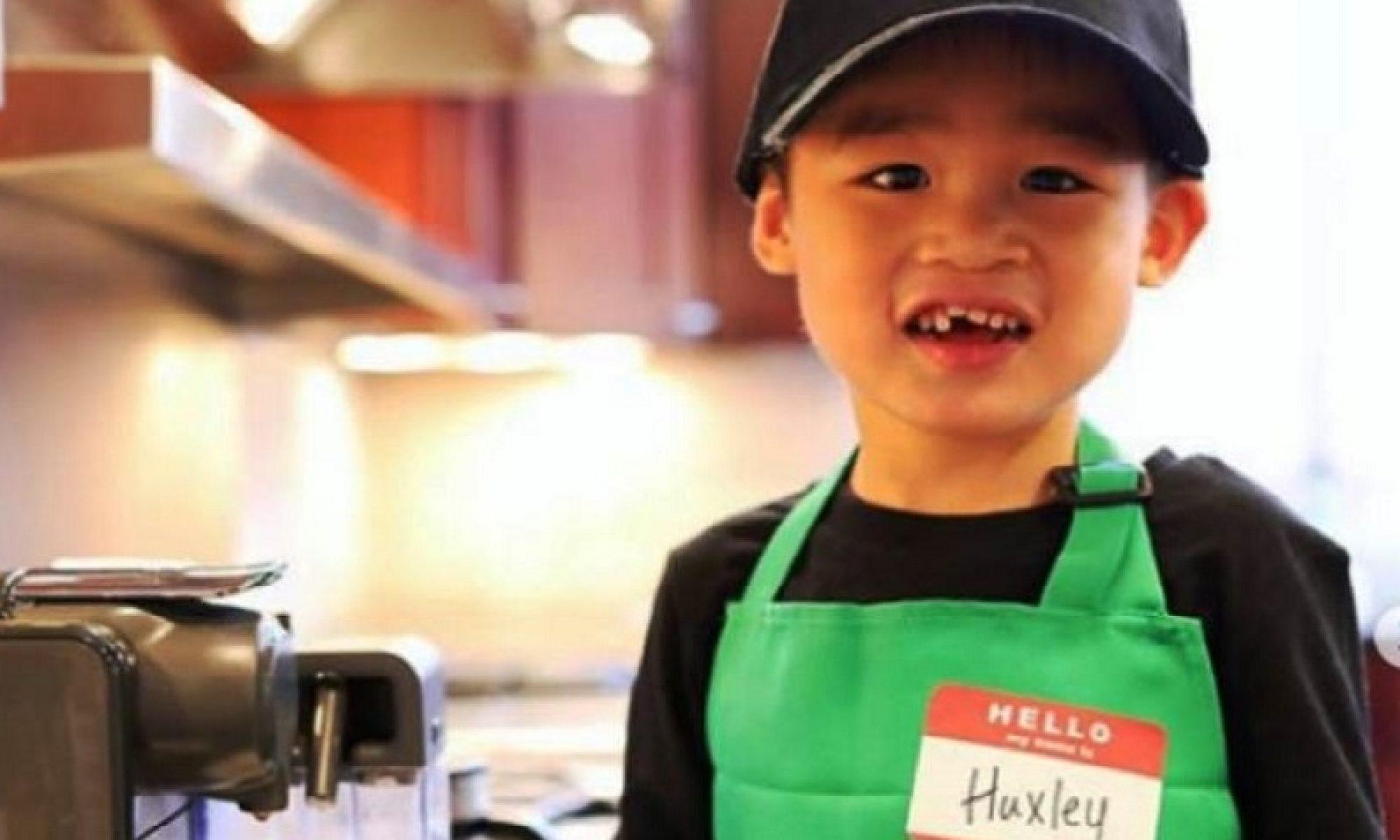 """Youtuber çift evlat edindiği 4 yaşındaki otizmli çocuğu terk etti, takipçiler tepki gösterdi, imza kampanyası başlattı Amerikalı youtuberler Myka ve James Stauffer 3 yıl önce Çin'den evlatlık edindikleri 4 yaşındaki otizmli Huxley'yi ilgilenemedikleri için başka bir aileye verdiklerini açıkladı. Kanalın birçok takipçisi, çiftin çocuğu evlatlık edinerek YouTube'da popülarite kazandığını, ve bu yolla sponsorluk anlaşmaları yaptıklarını ileri sürerek tepki gösterdi. Stauffer ailesi, 26 Mayıs'ta yayınladığı """"ailemiz hakkında güncelleme"""" adlı videosunda Huxley'nin sağlığı için kalıcı olarak başka bir aileye vermek zorunda kaldıklarını anlattı. Anne Myka, farklı sağlık uzmanlarının değerlendirmelerinden sonra çocuğun özel desteğe ihtiyacı olduğunu, kendilerinin ise buna imkanı olmadığını ifade etti. Ayrıca Stauffer ailesi, evlat edindirme ajansının kendilerine çocuğun sağlığı konusunda tüm bilgilileri paylaşmadığını, doktorların, çocuğun """"tıbbi ihtiyaçlarında farklı düzenlemeye"""" ihtiyaç duyduğunu söylediğini ileri sürdü. Videodan sonra, bazıları çifte destek verirken, bazıları da """"Huxley'nin sırtından para ve bilinirlik kazandıktan sonra çocuğu terk ettiklerini"""" iddia etti. Bugün 713 binden fazla takipçisi olan Myka, 2016 yayınladığı bir videoda eşi James ile Çin'den bir çocuk evlatlık edineceklerini duyurmuş, sponsorlu videolardan elde ettikleri gelirlerin evlatlık edinme masrafları için kullanılacağını söylemişti. Ayrıca takipçilerinden Huxley'nin ihtiyaçları için bağış toplamışlardı. Stauffer ailesinin, 2017'de iki yaşında olan Huxley'le buluşmak için Çin'e gidişlerini anlatan video, 5,5 milyondan fazla izlendi, Youtube kanalının abone sayısının artmasını sağlamıştı. YouTube kanalında Huxley'nin gelişimiyle ilgili birçok video paylaşmasıyla, takipçiler ailenin yeni çocuğuna alışmıştı. Ancak aboneler, çocuğun 2019 sonundan itibaren videolarda görünmediğini fark etti. Takipçilerden imza kampanyası Bu duruma tepki gösteren takipçiler, YouTube'dan Myka Stauffer kanalındaki"""