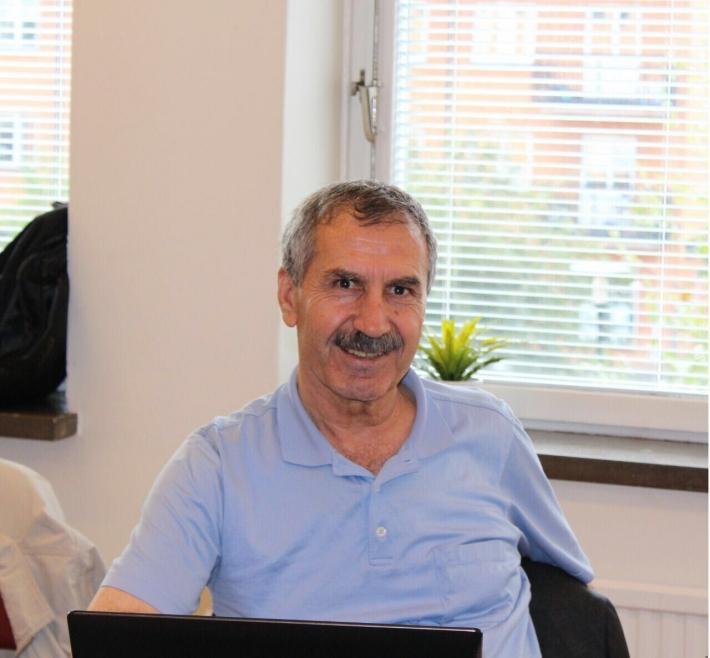 Ankara'da bir süredir koronavirüs tedavisi gören Kürt siyasetçi ve PDK Bakur Sözcüsü Hamit Kılıçaslan hayatını kaybetti. Mardin'in Kızıltepe ilçesinde yaşayan ve 40 gün önce koronavirüs teşhisi konan Kılıçaslan, önce Mardin'deki hastaneye kaldırılmıştı. 31 Ekim'de durumunun ağırlaşması üzerine ambulans uçakla Ankara'ya sevk edilen Kılıçaslan tedavi gördüğü hastanede sabaha karşı hayatını kaybetti. Hamit Kılıçaslan kimdir? 1948 Kızıltepe doğumlu olan Kılıçaslan, Ankara Üniversitesi Hukuk Fakültesi'nde okumaya başladı. Ancak 60'lı yıllarda siyasi nedenlerden dolayı okuldan atılan Kılıçaslan Kürdistan Demokrat Partisi Türkiye (KDPT) içerisinde siyaset yapmaya başladı. 12 Eylül darbesinde Rojava Kürdistanı'na geçen Kılıçaslan daha sonra İsveç'e yerleşmişti. Kılıçaslan aynı zamanda Kürtçe alanında çalışmalar yürütüyordu.