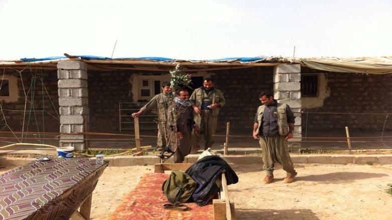 """Irak güvenlik güçlerinin Şengal'de PKK bayraklarını indirmesi ardından, PKK'nin bazı yerleri boşaltığı bildirildi. Şengal Kaymakamı ise PKK'nin bayrak indirmesinin yeterli olmadığını, Şengal'den güçlerini çekmesi gerektiğini söyledi. 9 Ekim'de Erbil ile Bağdat arasında imzalanan anlaşma ardından Irak Federal Polisi'ne bağlı 4 tugay Şengal'e geçti. Federal polisin Şengal'de PKK ve Öcalan bayraklarını indirdiği, PKK'ye 24 saat içerisinde ilçeden çıkmak için mühlet verdiği kaydedildi. BasNews'in edindiği bilgilere göre; PKK'nin dün Şengal ilçe merkezindeki bazı binaları boşaltarak Irak güvenlik güçlerine teslim etti. BasNews'e konuşan Şengal Kaymakamı Mehma Xelîl, Şengal Anlaşması gereği bayraklların indirilmesi ve PKK'nin bazı binaları boşaltmasının yeterli olmayacağını güçlerini Şengal'den en az 5 km uzağa çekmesi gerektiğini kaydetti. Xelîl, """"Anlaşmaya göre bir tek PKK savaşçısının dahi Şengal'de kalmaması gerekiyor"""" ifadelerini kullandı."""