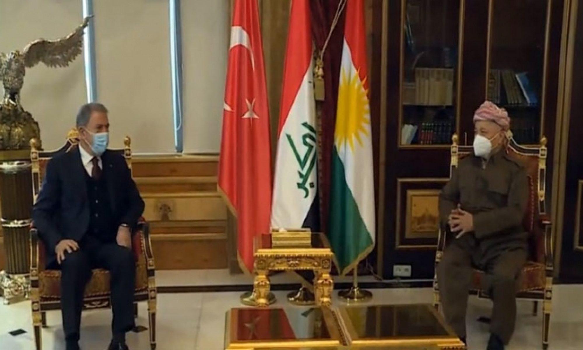 Başkan Mesud Barzani, Türkiye Savunma Bakanı Hulusi Akar ve beraberindeki heyetle görüştü. Başkan Mesud Barzani, Türkiye Savunma Bakanı Hulusi Akar ve beraberindeki heyetle görüştü. Görüşmede; Kürdistan Bölgesi - Türkiye arasındaki ilişkiler,askeri ve güvenlik işbirliği konuları görüşmenin ana gündem maddeleri oldu. Bu görüşmenin ardından Akar, Başbakan Mesrur Barzani'yle bir araya geldi. Görüşme devam ediyor. Akar'ın, Kürdistan Bölgesi Başkanı Neçirvan Barzani'yle de bir araya gelmesi bekleniyor. Hulusi Akar dün Irak'ın başkenti Bağdat'a giderek Irak Başbakanı Mustafa Kazimi ve Iraklı yetkililerle görüşmüştü.
