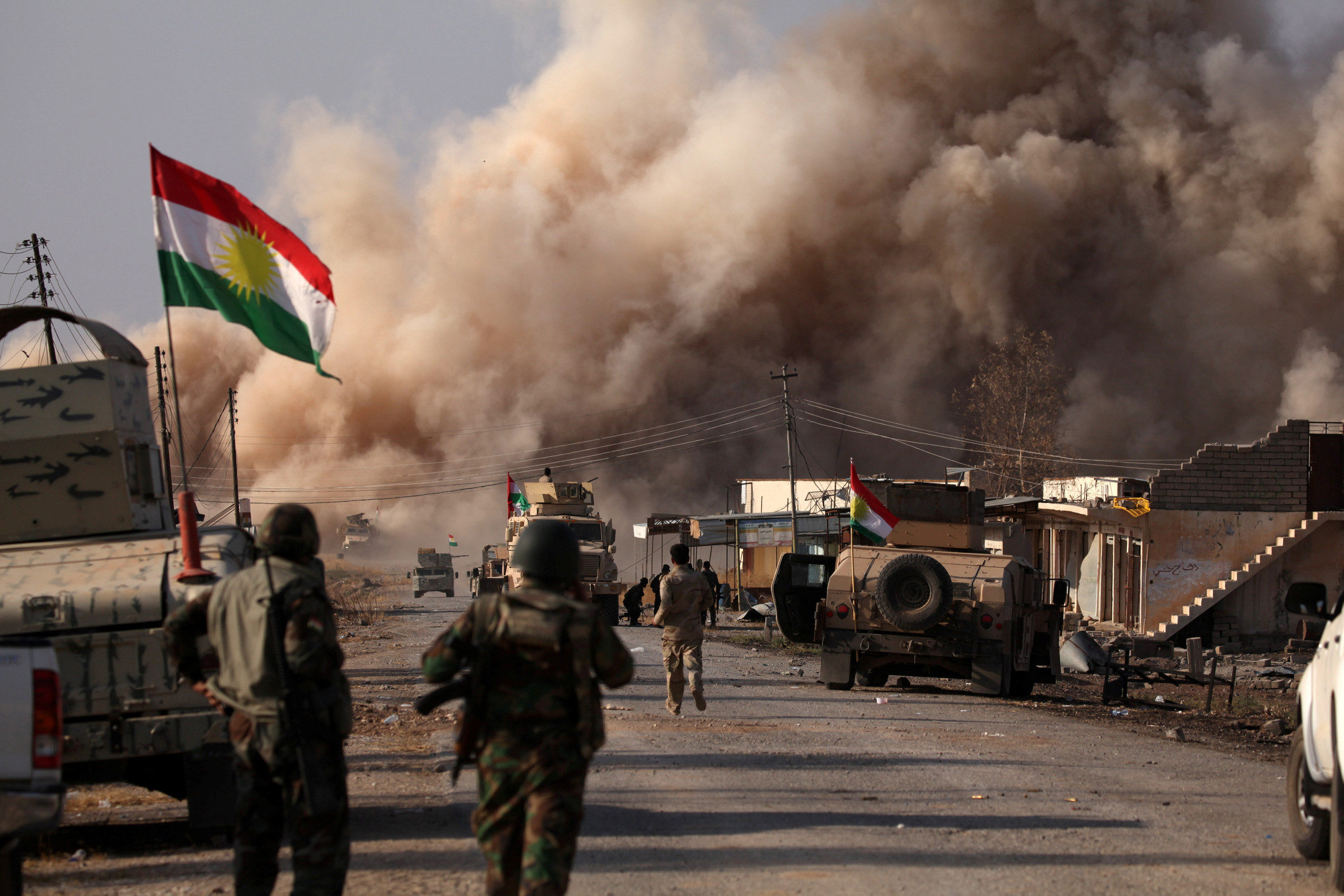 """Şehit ve Enfal Bakanlığı, Kürdistan Bölgesi topraklarının Peşmergelerin kanıyla IŞİD terörüne karşı korunduğunu, IŞİD ile mücadelede bin 755 Peşmerge'nin şehit, 10 bin Peşmerge'nin ise bu savaşta yaralandığını açıkladı. BasNews'e konuşan Kürdistan Bölgesi Şehit ve Enfal Bakan Yardımcısı Berîvan Hemdî, IŞİD terörü ile yürütülen mücadelede bin 755 Peşmerge'nin şehit olduğunu, 10 bin Peşmerge'nin de yaralandığını belirterek, """"Kürdistan topraklarının Peşmerge'nin kanı sayesinde korundu"""" dedi. IŞİD'e karşı mücadelede Koalisyon Güçleri'nin Irak ve Peşmerge güçlerine destek verdiğini başka hiçbir gücün Irak ve Kürdistan Bölgesi topraklarında her iki güce destek vermediğini dile getiren Berîvan Hemdî, """"Eğer Peşmerge Güçleri'nin azmi ve iradesi olmasaydı bgün Irak ve Kürdistan Bölgesi topraklarının büyük kısmı teröristlerce işgal edilmiş olacaktı"""" değerlendirmesinde bulundu Kürdistan Bölgesi Şehit ve Enfal Bakan Yardımcısı Berîvan Hemdî, Kürdistan'ın her ailesinin IŞİD savaşında en az bir Peşmergesi'nin şehit olduğunu belirterek, """"IŞİD efsanesine son veren Peşmerge Güçleri olmuştur"""" dedi."""