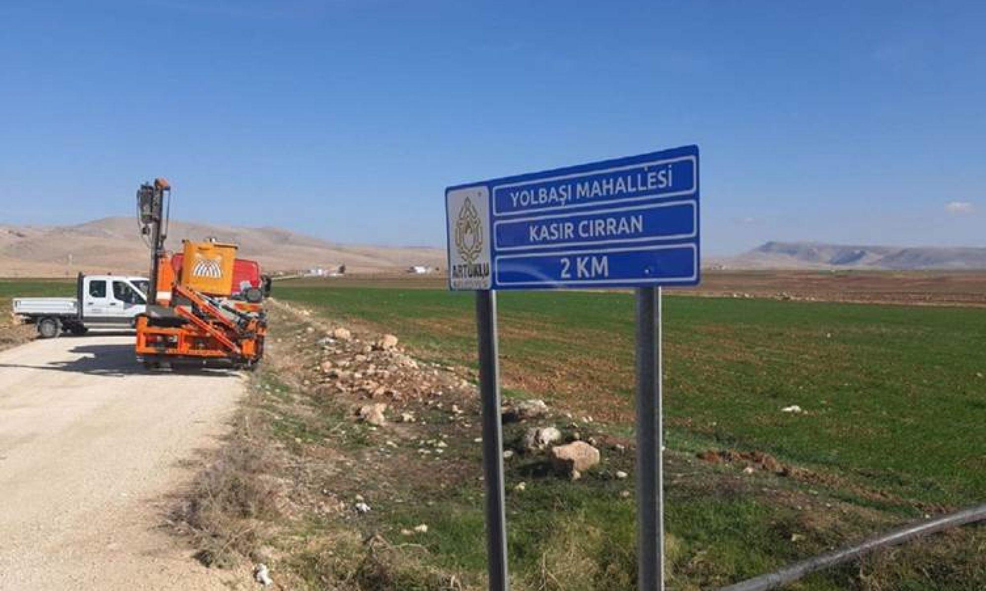 Artuklu Belediye Başkanı köy tabelalarındaki Kürtçe harfleri kaldırdı