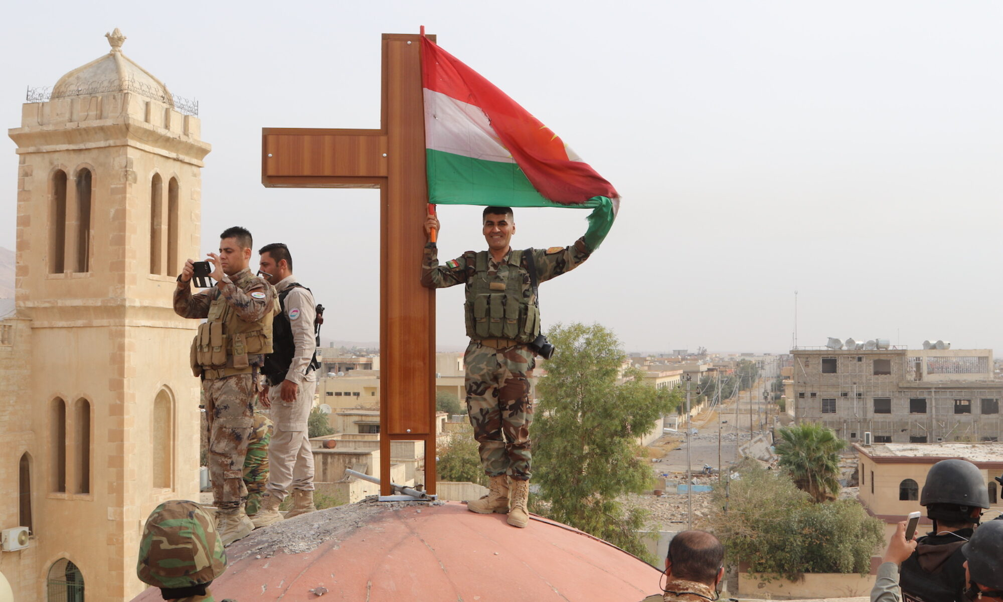 Irak Cumhurbaşkanı Salih'in Qereqûş'un kurtarılması ile ilgili yaptığı çarpıtmaya Kürdistan halkı, Peşmerge ve şehit yakınları sosyal medya platformlarından tepki gösterdi. Söz konusu tepkilerde Vatikan'ın ruhani lideri Papa gibi önemli bir kişi karşısında Kürt olan Cumhurbaşkanı Berhem Salih'in Peşmerge'nin başarısını saklamasına tepki gösterdi.