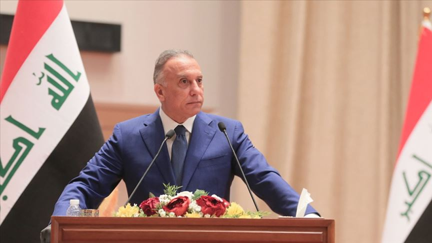 """Irak Başbakanı Kazimi, Bağdat ile Erbil arasındaki sorunların kalıcı çözümü için tüm taraflara çağrıda bulundu. Irak Başbakanı Mustafa Kazimi, bugün yaptığı açıklamada federal hükümet ile Kürdistan Bölgesi Hükümeti arasındaki sorunların """"ulusal diyalog"""" çerçevesinde kalıcı bir şekilde çözülmesi gerektiğini belirtti. """"Tüm siyasi güç ve partilerin, ulusal çıkarları göz önünde bulundurmalarını talep ediyorum"""" diyen Kazimi, """"Erken seçimlerin belirlenen tarihte gerçekleşmesi ve vatandaşlarımıza devlet ve demokratik sistem inancını verebilmesi için tüm tarafların sert ve kaos yaratacak üsluptan uzak durması gerekir"""" ifadelerini kulandı. Tüm taraflara çağrıda bulunan Kazimi, """"Federal hükümet ve Kürdistan Bölgesi Hükümeti arasında ulusal diyalog çerçevesinde bir çözüm bulunması tüm taraflara çağrıda bulunuyorum"""" dedi. Irak'a komşu ülkelere de seslenen Kazimi, komşu ülkelerin savaş ve karşıtlıklardan uzak durması gerektiğini çünkü bunun ortak tarih ve halklara hizmet etmediğini vurguladı. Kazimi, Irak'ın diğer ülkelerin hesaplaşma alanına dönüşmesine karşı olduklarını belirterek, kardeşlik ve dayanışmanın Irak halkının kabul edeceği tek prensip olduğunu vurguladı."""