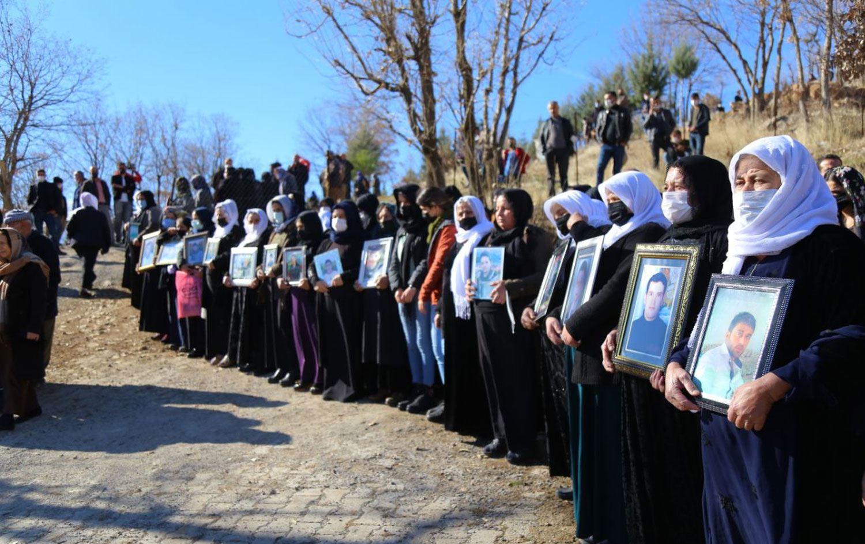 """Roboskili aileler, TSK'nin bombardımanı sonucu 34 kişinin yaşamını yitirmesine ilişkin yargı sürecinin yeniden başlatılması için yarın Anayasa Mahkemesi'ne başvuruda bulunacak. Roboskili aileler, Türk Silahlı Kuvvetleri'ne (TSK) ait savaş uçaklarının gerçekleştirdiği bombardıman sonucu 34 kişinin yaşamını yitirmesine dair yarın yargı sürecinin yeniden başlatılması için yarın Anayasa Mahkemesi'ne (AYM) başvuruda bulunacak. Başvurunun ardından Roboskili aileler, AYM önünde basın açıklaması gerçekleştirecek. 28 Aralık 2011 tarihinde Şırnak'ın Uludere ilçesine bağlı Roboski köyünde Türk Silahlı Kuvvetleri'ne (TSK) ait savaş uçaklarının bombardımanı sonucu 19'u çocuk 34 kişi yaşamını yitirmişti. Katliamın ardından Diyarbakır Cumhuriyet Başsavcılığı tarafından soruşturma başlatılmış ancak 1,5 yıl sonra görevsizlik kararı verilerek Genelkurmay Askeri Savcılığı'na gönderildi. Askeri savcılık da dosya hakkında Ocak 2014'te takipsizlik kararı vermiş, avukatların itirazı ise reddedilmişti. Anayasa Mahkemesi'ne (AYM) yapılan başvuru da reddedilince Roboskili aileler, 2016'da Avrupa İnsan Hakları Mahkemesi'ne (AİHM) başvurdu. Ancak AİHM, 17 Mayıs 2018'de aileler adına başvuru yapan avukatların eksik belgeleri geç göndermelerini gerekçe göstererek başvuruyu """"kabul edilemez"""" buldu ve başvuruyu reddetti. Katliamın üzerinden 9 yıl geçti ancak kimse sorumlu olarak yargılanmadı."""