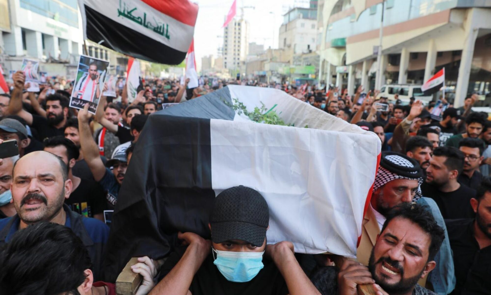 Kerbela'da bir göstericinin öldürülmesi üzerine halk Kerbela'daki İran konsolosluğunu ateşe verdi