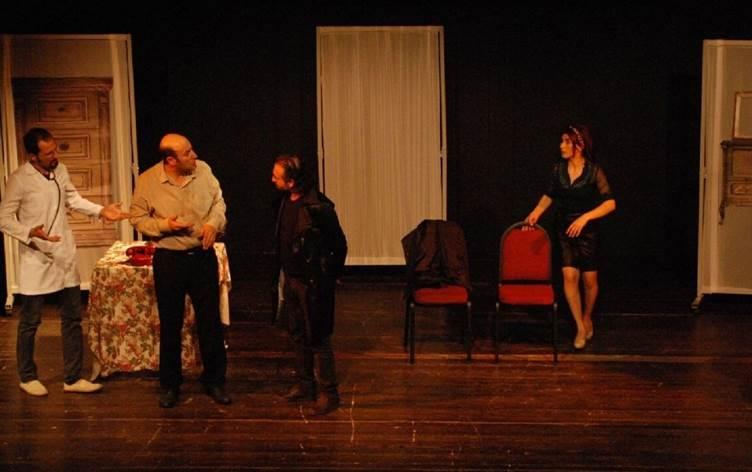 """Teatra Jiyana Nû (Yeni Yaşam Tiyatrosu) tarafından sahnelenen """"Bêrû: Klakson Borîzan û Birt"""" (Yüzsüz: Klakson, Borazanlar ve Bırtlar) adlı oyunun İstanbul Gaziosmanpaşa Kaymakamlığı kararıyla yasaklanmasına ilişkin Medya ve Hukuk Çalışmaları Derneği'nin (MLSA) yürütmenin durdurulması talebiyle açtığı dava, İstanbul 10. İdare Mahkemesi tarafından reddedildi. 31 Mayıs tarihli mahkeme kararında, Teatra Jiyana Nû adlı tiyatro grubunun Mezopotamya Kültür Merkezi (MKM) ile bağlantılı olduğu, MKM'nin ise """"PKK ile iltisaklı"""" olduğu öne sürüldü. Ayrıca, """"milli güvenlik ve devletin devamlılığını sağlamak için kamu hizmetini yürütmekte görevli olan idarenin, konunun hassasiyeti gereği, takdir yetkisinin geniş tutulması gerektiği"""" savunuldu. Bu doğrultuda İstanbul 10. İdare Mahkemesi, oyuna yönelik yasak ile """"terörle iltisaklı yapıların desteklenmesinin ve teröre destek sağlanmasının önüne geçilmek istendiğini"""" iddia ederek, yasağın hukuka aykırı olmadığı sonucuna vardı. Karar metninde ayrıca, yasaklama kararı ile aynı tarihte emniyet görevlileri tarafından kaleme alınan tutanaktan alıntı yapılarak, MKM'nin 2014 yılından günümüze gerçekleştirdiği bazı konser ve tiyatro gösterimleri listelendi. Söz konusu tutanakta 8 Mart Dünya Kadınlar günü ile 21 Mart Newroz gibi günlerde tiyatro gösterimi yapılmasının, MKM ve Teatra Jiyana Nû'nun """"PKK/KCK terör örgütü ile iltisaklı olduğuna"""" işaret ettiği ve """"gösterimden elde edilecek gelirin bölücü terör örgütüne destek amaçlı faaliyetlerde kullanılacağı"""" iddia ediliyordu. MLSA avukatları kararı istinaf mahkemesine taşıyacak. Ne olmuştu? Teatra Jiyana Nû (Yeni Yaşam Tiyatrosu) tarafından sahnelenen """"Bêrû: Klakson Borîzan û Birt"""" (Yüzsüz: Klakson, Borazanlar ve Bırtlar) adlı oyun, 13 Ekim 2020'de İstanbul Büyükşehir Belediyesi (İBB) Şehir Tiyatroları Gaziosmanpaşa Sahnesinde izleyici ile buluşmasına saatler kala İstanbul Gaziosmanpaşa Kaymakamlığı kararıyla yasaklanmıştı. Gaziosmanpaşa Kaymakamlığı kararında İtalyan yazar Dario Fo'nun eserind"""