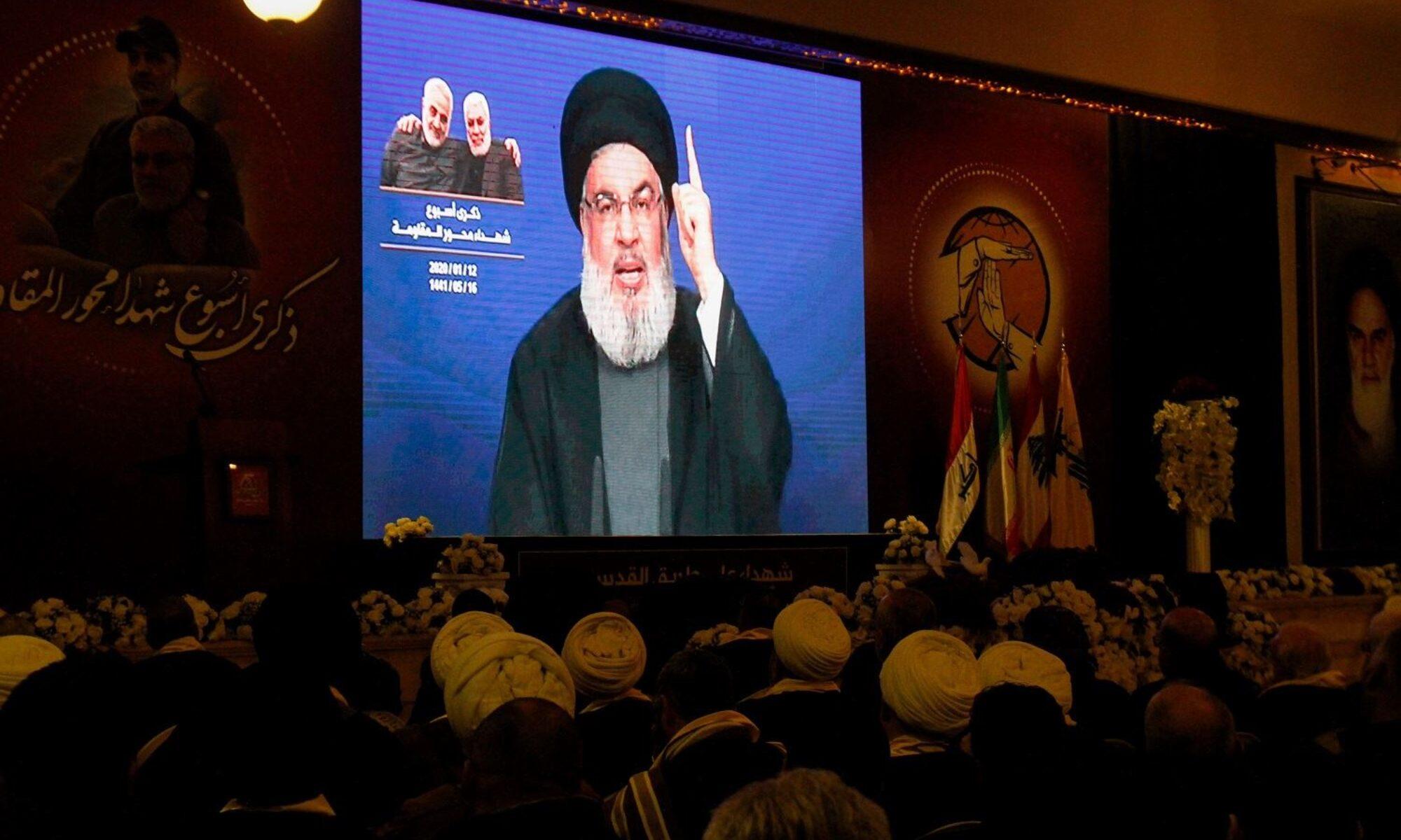 """Hizbullah lideri Hasan Nasrallah, ABD'nin Afganistan'dan çekilmesine ilişkin yaptığı açıklamada, Suriye rejiminin Rojava da dahil tüm topraklara egemen olması gerektiğini söyledi. Nasrallah, Salı gecesi Lübnan'daki El Manar TV'nin bir yayınında """"[Afganistan'dan gelen] görüntüler Vietnam'daki Saygon sahneleriyle tamamen aynı, bunlar bir fotokopi"""" dedi. Hizbullah lideri Hasan Nasrallah, Afganistan'daki son gelişmelerin Ortadoğu halkının boyutlarını anlamaya çalışması gerektiği 'küresel yansımaları' olacağını söyledi. ABD'nin Kabil Elçiliği'ni tahliye ederken verdiği görüntüler ABD'nin Vietnam'dan kaçarken verdiği görüntülerle benzerliğiyle gündeme gelmişti. ABD'nin tahliye görüntülerinden bir gün önce ABD Başkanı Joe Biden """"Vietnam'la aynı görüntüleri vermeyeceğiz"""" derken """"İnsanların büyükelçiliğin çatısından kaldırıldığını göreceğiniz bir durum olmayacak"""" ifadelerini kullanmıştı. 'Bölgede gördüğünüz bu Amerika cahildir, acizdir' Lübnan'lı direniş örgütünün lideri, """"Biden'ı dinleyin, dışişleri bakanını dinleyin, ulusal güvenlik danışmanını dinleyin çünkü şimdi bunu Amerikan halkına açıklamak zorundalar. Amerikan halkı, Afganistan'dan bu küçük düşürücü geri çekilmeyle olanlardan şaşkına döndü…[ABD'li yetkililer] Afganistan'daki stratejik yenilgiyi ve NATO'nun bu başarısızlığını anlamamıza gerçekten yardımcı olabilir"""" diye ekledi. Nasrallah, Başkan Biden'ın Afgan hükümetinin çöküş hızının Washington için bile bir sürpriz olduğu yönündeki son açıklamasına ilişkin yorumda, bunun """"Amerika'nın yarı tanrı olduğunu, her şeyi gördüğünü ve yapabileceğini söyleyenlere gösterdiğini"""" öne sürdü ve devam etti: """"Bu algının sadece bir serap olduğunu. Hayır, bölgede gördüğünüz bu Amerika cahildir, acizdir, aynı hataları tekrarlamaya devam ediyorlar, aynı yanlış uygulamaları tekrar tekrar yapmaya devam ediyorlar."""" 'Şam Rojava şehirlerine hakim olmalı' Lübnan Hizbullahı lideri Hasan Nasrallah, Şam hükumetinin Rojava şehirleri de dahil tüm Suriye topraklarının kontrolünde olması gerektiği"""