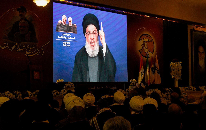 """Hizbullah lideri Hasan Nasrallah, ABD'nin Afganistan'dan çekilmesine ilişkin yaptığı açıklamada, Suriye rejiminin Rojava da dahil tüm topraklara egemen olması gerektiğini söyledi. Nasrallah, Salı gecesi Lübnan'daki El Manar TV'nin bir yayınında """"[Afganistan'dan gelen] görüntüler Vietnam'daki Saygon sahneleriyle tamamen aynı, bunlar bir fotokopi"""" dedi. Hizbullah lideri Hasan Nasrallah, Afganistan'daki son gelişmelerin Ortadoğu halkının boyutlarını anlamaya çalışması gerektiği'küresel yansımaları' olacağını söyledi. ABD'nin Kabil Elçiliği'ni tahliye ederken verdiği görüntüler ABD'nin Vietnam'dan kaçarken verdiği görüntülerle benzerliğiyle gündeme gelmişti. ABD'nin tahliye görüntülerinden bir gün önce ABD Başkanı Joe Biden """"Vietnam'la aynı görüntüleri vermeyeceğiz"""" derken """"İnsanların büyükelçiliğin çatısından kaldırıldığını göreceğiniz bir durum olmayacak"""" ifadelerini kullanmıştı.'Bölgede gördüğünüz bu Amerika cahildir, acizdir' Lübnan'lı direniş örgütünün lideri, """"Biden'ı dinleyin, dışişleri bakanını dinleyin, ulusal güvenlik danışmanını dinleyin çünkü şimdi bunu Amerikan halkına açıklamak zorundalar. Amerikan halkı, Afganistan'dan bu küçük düşürücü geri çekilmeyle olanlardan şaşkına döndü…[ABD'li yetkililer] Afganistan'daki stratejik yenilgiyi ve NATO'nun bu başarısızlığını anlamamıza gerçekten yardımcı olabilir"""" diye ekledi. Nasrallah, Başkan Biden'ın Afgan hükümetinin çöküş hızının Washington için bile bir sürpriz olduğu yönündeki son açıklamasına ilişkin yorumda, bunun """"Amerika'nın yarı tanrı olduğunu, her şeyi gördüğünü ve yapabileceğini söyleyenlere gösterdiğini"""" öne sürdü ve devam etti: """"Bu algının sadece bir serap olduğunu. Hayır, bölgede gördüğünüz bu Amerika cahildir, acizdir, aynı hataları tekrarlamaya devam ediyorlar, aynı yanlış uygulamaları tekrar tekrar yapmaya devam ediyorlar.""""'Şam Rojava şehirlerine hakim olmalı' Lübnan Hizbullahı lideri Hasan Nasrallah, Şam hükumetinin Rojava şehirleri de dahil tüm Suriye topraklarının kontrolünde olması gerektiğini """